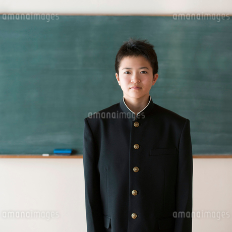 黒板の前で微笑む中学生の写真素材 [FYI01948618]