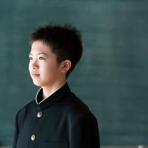 黒板の前で微笑む中学生の写真素材 [FYI01948678]