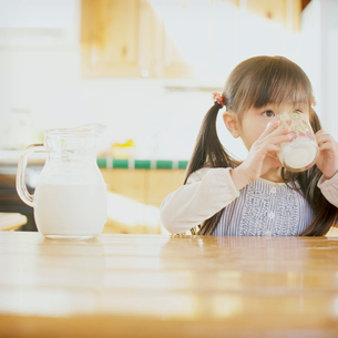 牛乳を飲む女の子の写真素材 [FYI01948731]