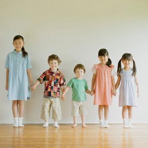 手をつなぎ微笑む子供たちの写真素材 [FYI01948750]