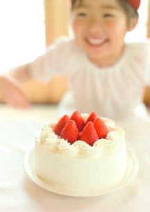 イチゴのケーキと女の子の写真素材 [FYI01948774]