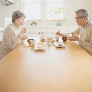 朝食を食べるシニア夫婦の写真素材 [FYI01948794]