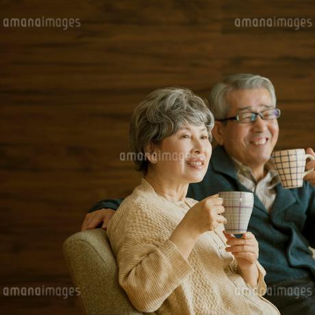 コーヒーを飲むシニア夫婦の写真素材 [FYI01948796]