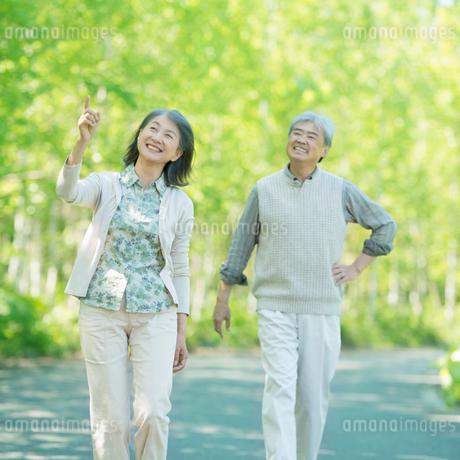 散歩をするシニア夫婦の写真素材 [FYI01948843]