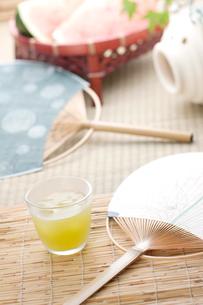 団扇と冷茶の写真素材 [FYI01948907]