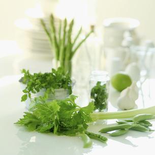 テーブルの上の緑の野菜の写真素材 [FYI01948908]