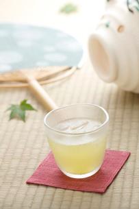 冷茶と蚊取り線香と団扇の写真素材 [FYI01948924]