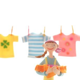 3枚の洗濯物を干す女性 クラフトの写真素材 [FYI01948948]