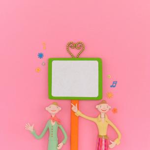2人の女性と看板 クラフトの写真素材 [FYI01948957]