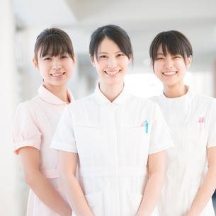 微笑む3人の看護師の写真素材 [FYI01949009]