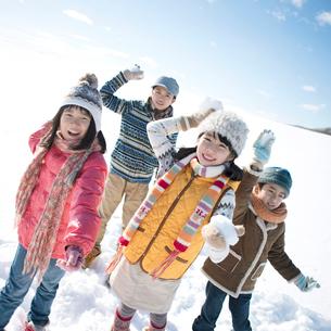 雪合戦をする小学生の写真素材 [FYI01949122]