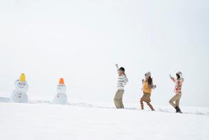 雪原を走る若者たちの写真素材 [FYI01949132]