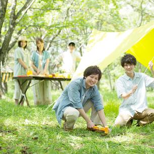 キャンプの準備をする若者たちの写真素材 [FYI01949164]