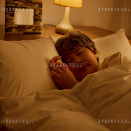 ベッドで眠るシニア女性の写真素材 [FYI01949184]