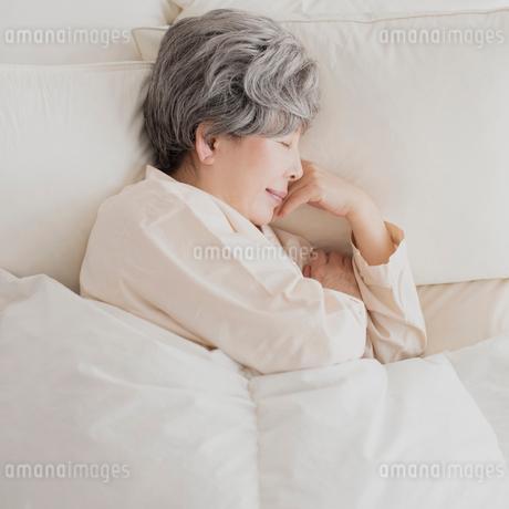 ベッドで眠るシニア女性の写真素材 [FYI01949192]