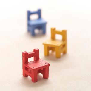 交互に並んだ3つの椅子 クラフトの写真素材 [FYI01949216]
