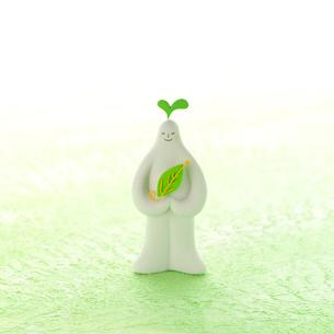 葉っぱを抱えて立つ白い人 クラフトの写真素材 [FYI01949232]