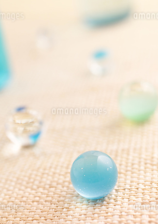 水色のビー玉の写真素材 [FYI01949234]