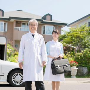 家の前に並ぶ医者と看護師(訪問医療)の写真素材 [FYI01949245]