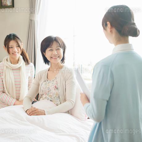 看護師と話をする患者(訪問医療)の写真素材 [FYI01949247]