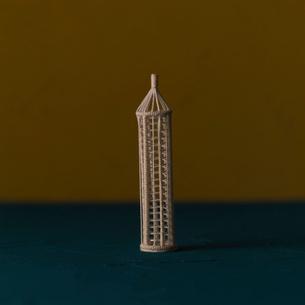 塔のオブジェ黄と青 クラフトの写真素材 [FYI01949336]