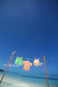 海辺で干した洋服と青空 クラフトの写真素材 [FYI01949356]