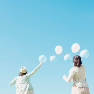 風船を持つ女性の後姿の写真素材 [FYI01949392]