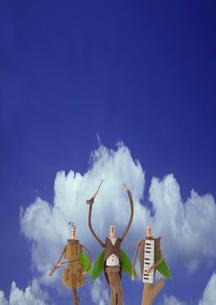 青空の下で並ぶ木の人形のオーケストラ クラフトの写真素材 [FYI01949402]