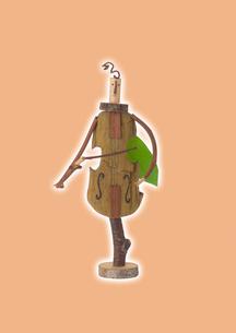 チェロを弾く木の人形とオレンジ クラフトの写真素材 [FYI01949403]