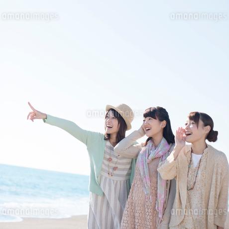 海で微笑む3人の女性の写真素材 [FYI01949409]