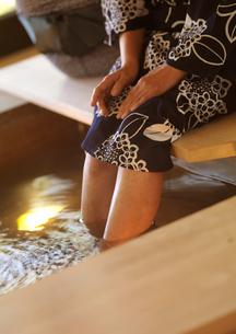 足湯を楽しむ女性の写真素材 [FYI01949576]