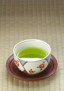 緑茶が入った茶碗の写真素材 [FYI01949585]