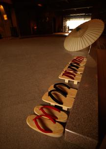 玄関の草履と番傘の写真素材 [FYI01949588]