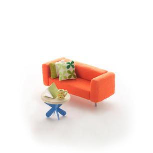 ミニチュアルームのオレンジのソファとテーブル クラフトの写真素材 [FYI01949650]