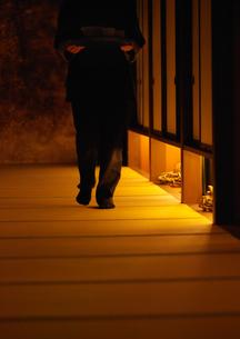 廊下を歩く従業員の写真素材 [FYI01949659]
