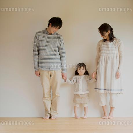手をつなぐ家族のポートレートの写真素材 [FYI01949742]