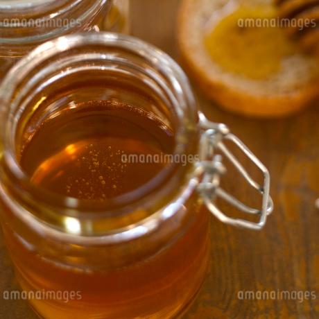 瓶入りの蜂蜜の写真素材 [FYI01949778]