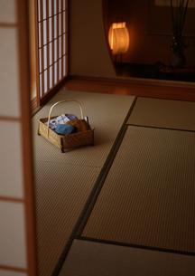 旅館の和室と浴衣の写真素材 [FYI01949781]