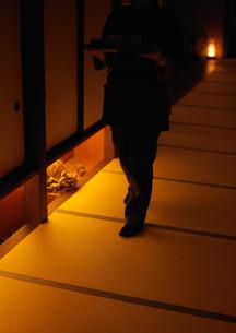 廊下を歩く従業員の写真素材 [FYI01949785]