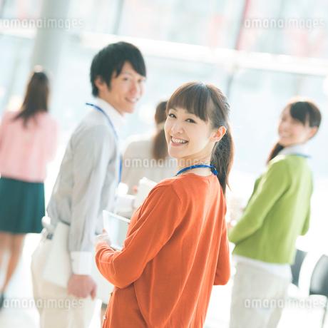 オフィスで微笑むビジネスウーマンとビジネスマンの写真素材 [FYI01949881]