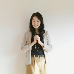 微笑む女性のポートレートの写真素材 [FYI01949930]