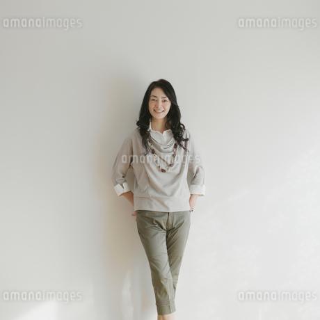 微笑む女性のポートレートの写真素材 [FYI01949947]