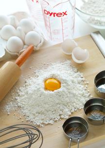 調理器具とまな板の上にある小麦粉と卵の写真素材 [FYI01950004]