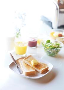トーストのある朝食の写真素材 [FYI01950032]