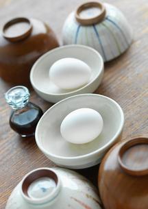 2人で食べる卵のある食卓イメージの写真素材 [FYI01950128]