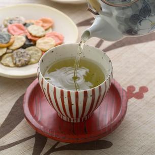 緑茶の茶碗とせんべいの写真素材 [FYI01950136]