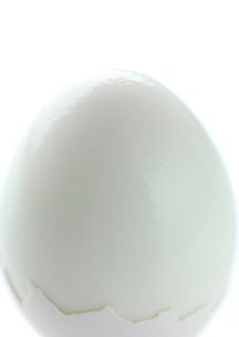1つの殻を剥いたゆで卵の写真素材 [FYI01950147]