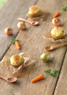 新じゃがを器にしたグラタンとミニ野菜の写真素材 [FYI01950196]