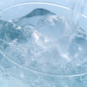 グラスにそそがれる冷たい水の写真素材 [FYI01950197]