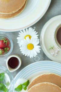 野花を飾ったホットケーキのあるティータイムの写真素材 [FYI01950304]